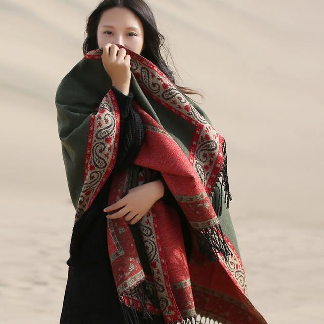 传统围巾不流行了,今年流行这样的大方巾,可围可穿,百搭保暖