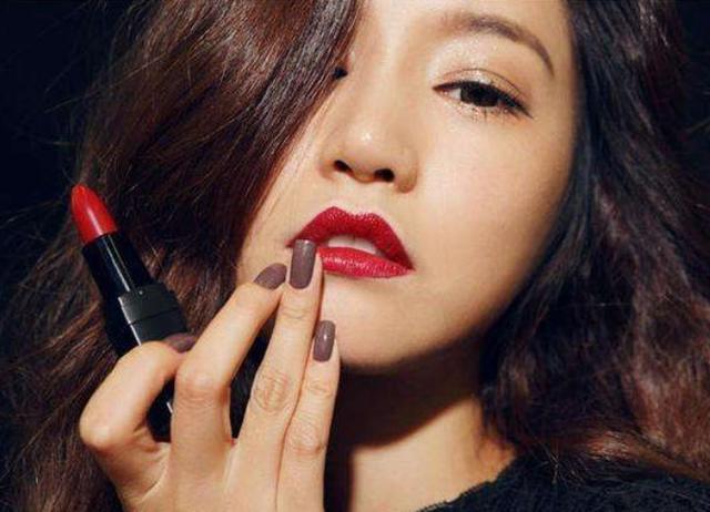 建议女人:口红不要直接涂,不仅掉色还沾杯,正确手法是这样
