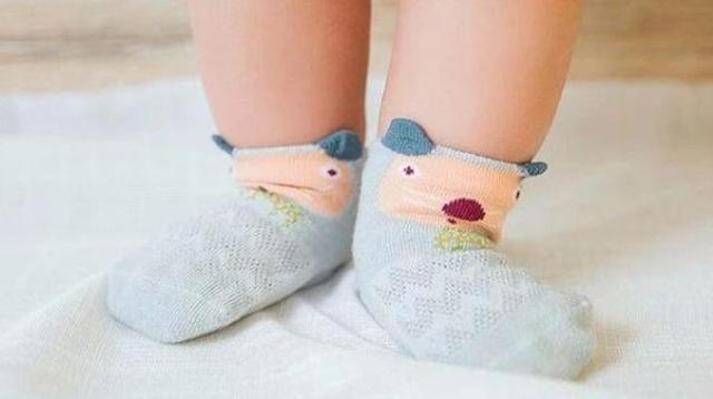 """不爱穿袜子是宝宝的""""通病""""!穿了就拽家长心累,选好袜子是关键"""