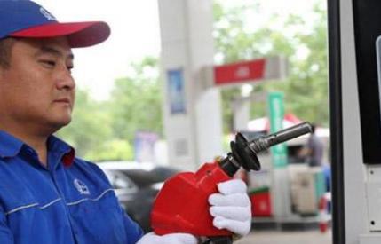 加油也有讲究,加油工也很无奈:大半车主加错了